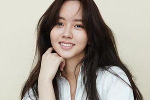 Người hâm mộ lo lắng nghe tin 'em gái mưa' Kim So Hyun bị ngã ngựa khi đang quay phim