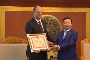 Bộ trưởng Trần Hồng Hà trao Kỷ niệm chương 'Vì sự nghiệp Tài nguyên và Môi trường' cho Đại sứ Đức
