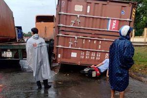 Bị thùng container đè trúng người, một phụ nữ bị thương nặng