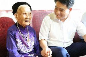 Chủ tịch UBND TP Hà Nội thăm hỏi, tặng quà các gia đình chính sách