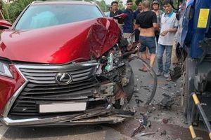 Hà Nội: Va chạm với xe chở bồn nước, xế sang Lexus RX350 'nát đầu'