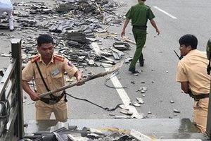 Cảnh sát giao thông thu gom hàng trăm viên ngói rơi vãi trên đường