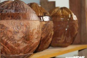 Những tác phẩm độc đáo trên vỏ bình trà làm bằng trái dừa khô