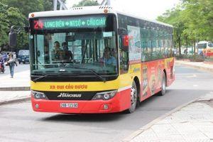 Xe buýt lấn sang đường ngược chiều quyết đòi taxi nhường đường