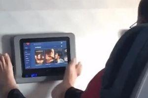 Hành khách dùng chân trần điều khiển màn hình giải trí trên máy bay