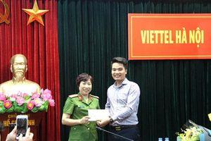 Viettel Hà Nội trả lại túi đựng phong bì mừng đám cưới bỏ quên tại sân bay Nội Bài