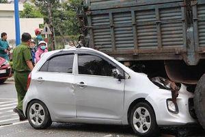 Xế hộp bất ngờ đâm vào xe tải, tài xế tử vong kẹt trong cabin