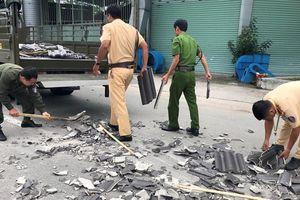 CSGT Bình Dương 'đội nắng' dọn dẹp hàng tấn ngói đổ nát giữa ngã tư