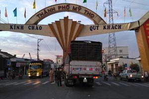 Tránh xe máy, xe tải tông sập cổng chào TP.Mỹ Tho