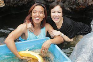 Gia đình Việt Hương đến biệt thự của Hoàng Mập ngắm hồ cá Koi 5 tỉ đồng