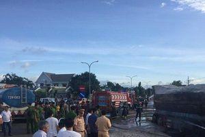 Nóng: Hàng chục chiến sĩ PCCC nỗ lực dập tắt đám cháy sau va chạm giữa xe bồn và xe tải
