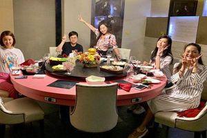 Lâm Tâm Như đi ăn cùng Thư Kỳ và hội những người bạn U50 giữa tin đồn trục trặc hôn nhân với Hoắc Kiến Hoa