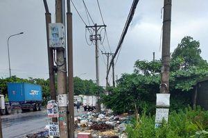 TP. Hồ Chí Minh: Vì sao rác cứ mãi bủa vây cầu vượt Sóng Thần?