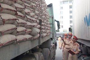 Xe chở 90 tấn xi măng quá tải còn chống đối cảnh sát giao thông