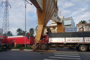 Xe tải tông gãy cổng chào TP Mỹ Tho