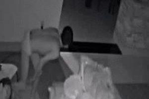 Sáng dậy xem camera, cả gia đình hoảng sợ thấy người đàn ông lạ mặc quần lót đi lại trong nhà