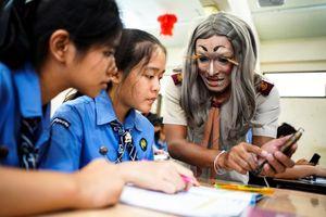 Thầy giáo 'hóa' ca sĩ Hàn Quốc trang điểm đậm, đội tóc giả tới trường