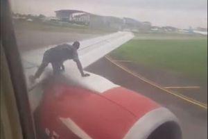 Người đàn ông trèo lên cánh máy bay Nigeria để đi 'chui'