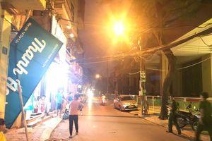 Hà Nội: Thanh kim loại từ trên cao rơi đâm thủng biển quảng cáo, nhiều người hoảng sợ