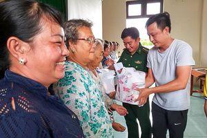 Khám chữa bệnh và tặng quà cho người dân xã đảo Thạnh An