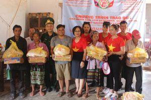 Khám và cấp thuốc miễn phí cho gần 400 người dân bản Densavan, Lào