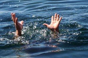 Hai cháu bé tử vong dưới ao nước khi mẹ gửi về nhà bà ngoại