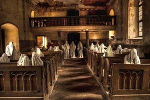 CLIP: Câu chuyện rùng rợn về nhà thờ chỉ có 'bóng ma' cầu nguyện ở Cộng hòa Czech
