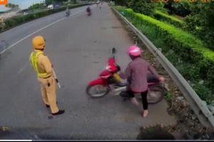 Nữ tài xế lách luật, dắt xe máy đi ngược chiều trên Quốc lộ 5