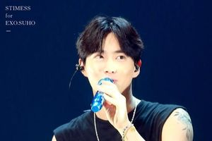 Khoảnh khắc được EXO-L 'share rần rần': Suho để lộ hình xăm mới trong concert, nội dung chính là…
