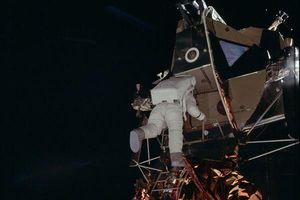 Toàn bộ quá trình lần đầu tiên con người đặt chân lên mặt trăng trong 35 hình ảnh ấn tượng nhất
