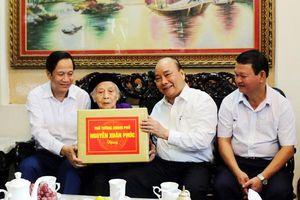 Thủ tướng Nguyễn Xuân Phúc thăm, tặng quà gia đình người có công tại TP. Lào Cai