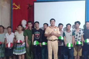 CSGT Trấn Yên, Yên Bái tặng mũ bảo hiểm người dân khó khăn