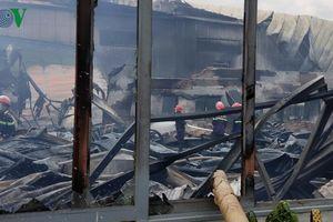 Xưởng mút xốp gần cây xăng cháy dữ dội, nhiều người hoảng loạn
