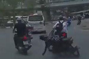 Học sinh tạt đầu ôtô, 'đốn ngã' xe máy giữa đường