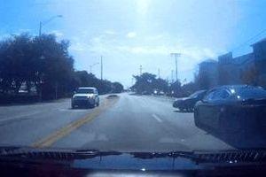 Ôtô va vào nhau ở giao lộ, tài xế leo lên capo cãi nhau
