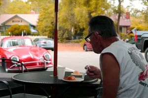 Cụ ông 71 tuổi cầm lái chiếc Porsche cổ 50 năm, chạy 1,6 triệu km