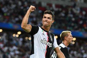 CĐV ăn mừng bàn thắng cùng Ronaldo trước Tottenham