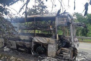 Xe giường nằm cháy trơ khung trên đèo Lò Xo, 30 hành khách hoảng loạn thoát thân