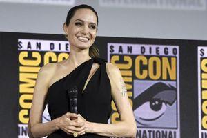 Angelina Jolie mặc đầm lệch vai xinh đẹp, xác nhận tham gia Eternals của Marvel