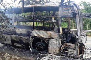 Kon Tum: Xe khách cháy rụi trong đêm, 30 hành khách may mắn thoát nạn