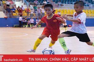 Niềm đam mê đá bóng của cặp song sinh nơi bãi bồi sông Lam Hà Tĩnh