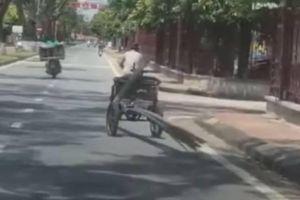 Hãi hùng cảnh xe 3 bánh tự chế kéo thanh sắt lủng lẳng chạy trên phố