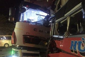 Xe khách đấu đầu xe tải gần hầm Hải Vân, 13 người thương vong