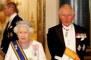 Nữ hoàng Elizabeth và Thái tử Charles luôn đem theo vật quan trọng này khi đi bất cứ đâu