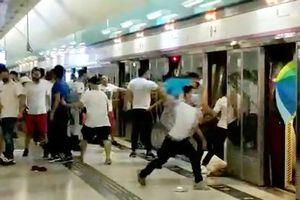 Xã hội đen mặc áo trắng tấn công tàn bạo nhóm biểu tình ở HK