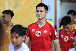 HLV Việt Hoàng nói về lý do trung vệ Việt kiều liên tiếp vắng mặt