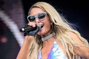 Paris Hilton lộ hàng vì mặc váy siêu ngắn, bị chê khi làm DJ