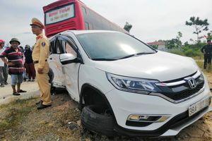 2 người nhập viện sau va chạm giữa ôtô con với xe khách giường nằm