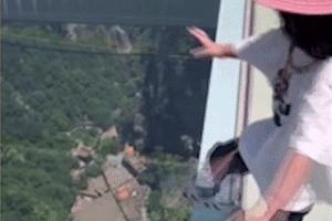 Bé gái 3 tuổi tự tin đi trên cầu kính cao 300 mét ở Trung Quốc