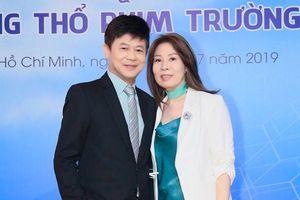Ca sĩ Thái Châu được vợ 'hộ tống' đi sự kiện